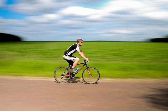 cyklista na cestě
