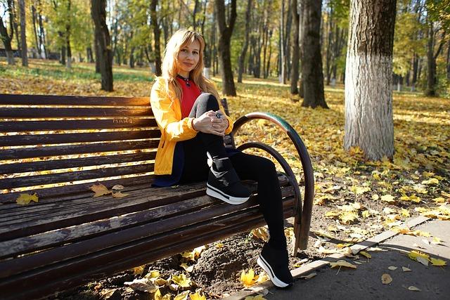 žena sedící v parku