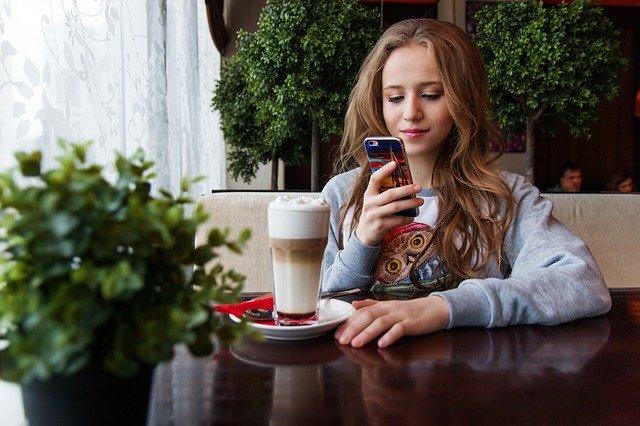 Dívka s mobilním telefonem